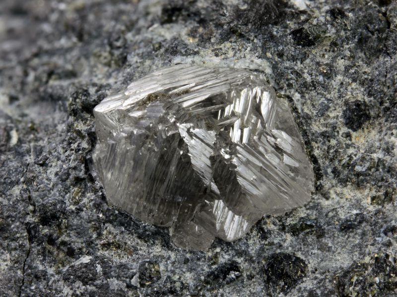 Как выглядит алмаз в горной породе фото