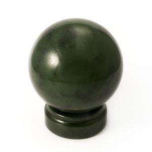 Шар нефрит зеленый на подставке  8 см