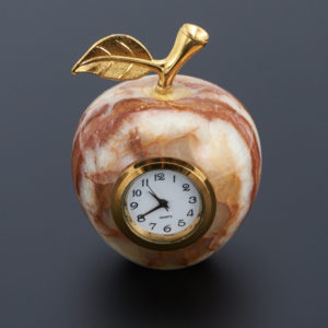 Часы яблоко оникс мраморный  4,5х6 см